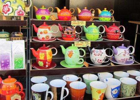 These little teapots are really cute. WANT.