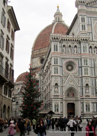 Duomo Santa Maria del Fiore and a Christmas tree decorated with Medici emblems.