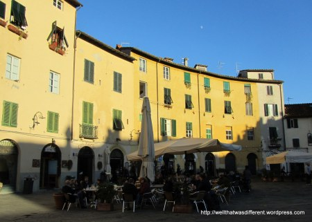 Lazy winter afternoon at the Piazza dell'Anfiteatro.
