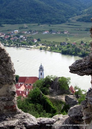 Stift Durnberg through a gap in the castle wall.