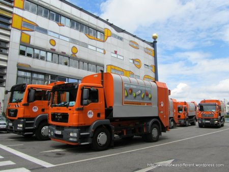 The ubiquitous orange Wien Energie trucks making their twice-daily garbage delivery to the plant.