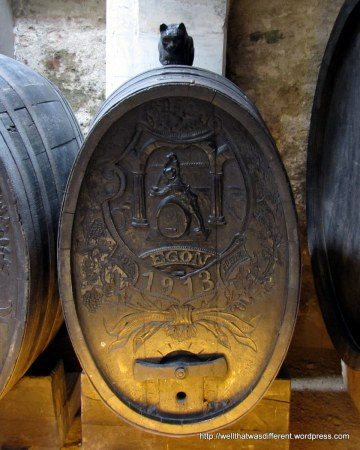 A wine barrel guarded by a little cat.
