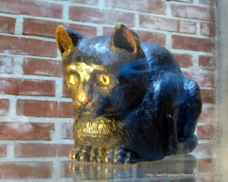 Another carved cat. Where can I buy one? Want!