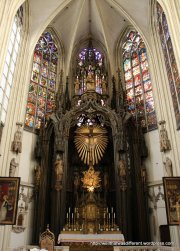 The high altar is a mix of 14th and 19th century elements. The windows are original (restored in the 19th century)