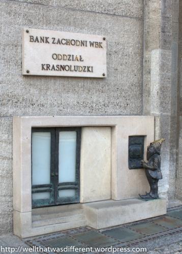 Wypłatnik withdraws his money from the dwarf branch of a bank!