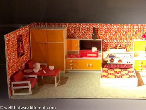 Love this 1970s plastic dollhouse set.